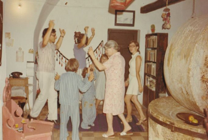 1973 Dancing in the living room with kleine oma