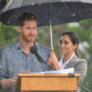 DUBBO, AUSTRALIA - OCTOBER 17: (NO UK SALES FOR 28 DAYS) Prince Harry, Duke of Sussex and Meghan, Duchess of Sussex visit Victoria Park on October 17, 2018 in Dubbo, Australia. The Duke and Duchess of Sussex are on their official 16-day Autumn tour visiting cities in Australia, Fiji, Tonga and New Zealand. (Photo by Pool/Samir Hussein/WireImage)