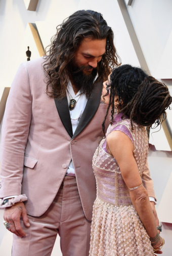 2019-02-25 02_25_43-ExtraTV op Twitter_ _Jason Momoa & Lisa Bonet are coupled up in pink on the #Osc