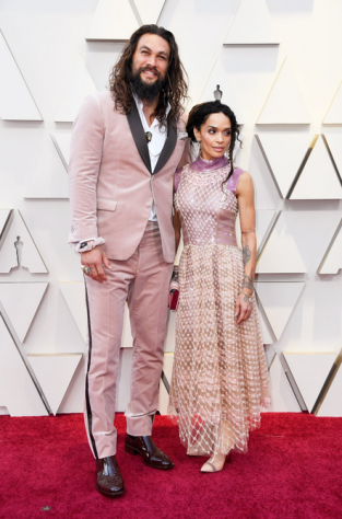2019-02-25 02_28_20-ExtraTV op Twitter_ _Jason Momoa & Lisa Bonet are coupled up in pink on the #Osc