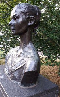 AH statue3