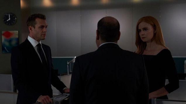 Suits S09E10 finale (09) Suits_gallery_910_GabrielMacht_RickHoffman_SarahRafferty_45_1920x1080