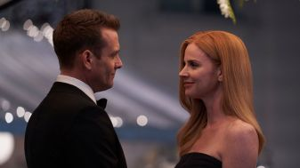 Suits S09E10 finale (189) Suits_gallery_910_GabrielMacht_SarahRafferty_28_1920x1080