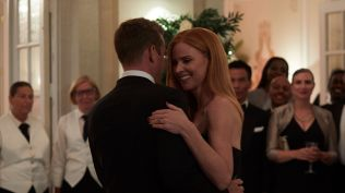 Suits S09E10 finale (242) Suits_gallery_910_GabrielMacht_SarahRafferty_19_1920x1080