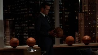 Suits S09E10 finale (352) Suits_gallery_910_GabrielMacht_33_1920x1080