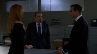 Suits S09E10 finale (9) Suits_gallery_910_SarahRafferty_RickHoffman_GabrielMacht_43_1920x1080